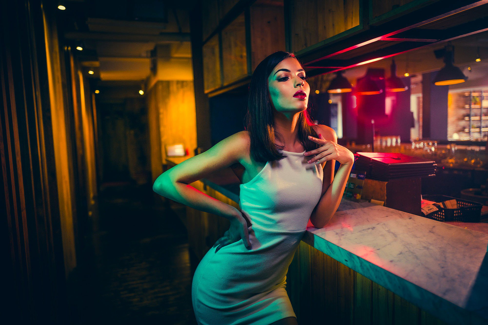girl-in-bar-wallpaper